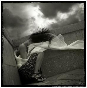 Плачет девушка, погода портится